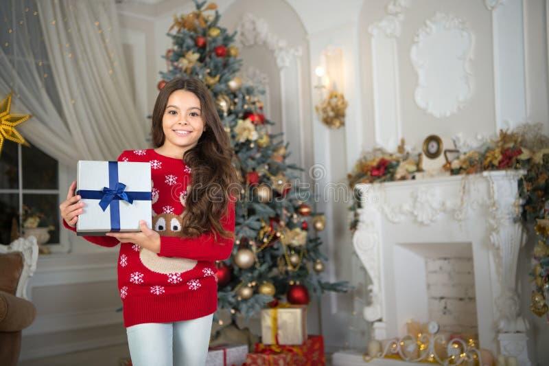 pequeña muchacha feliz en la Navidad Navidad El niño disfruta del día de fiesta Feliz Año Nuevo La mañana antes de Navidad Año Nu fotografía de archivo libre de regalías