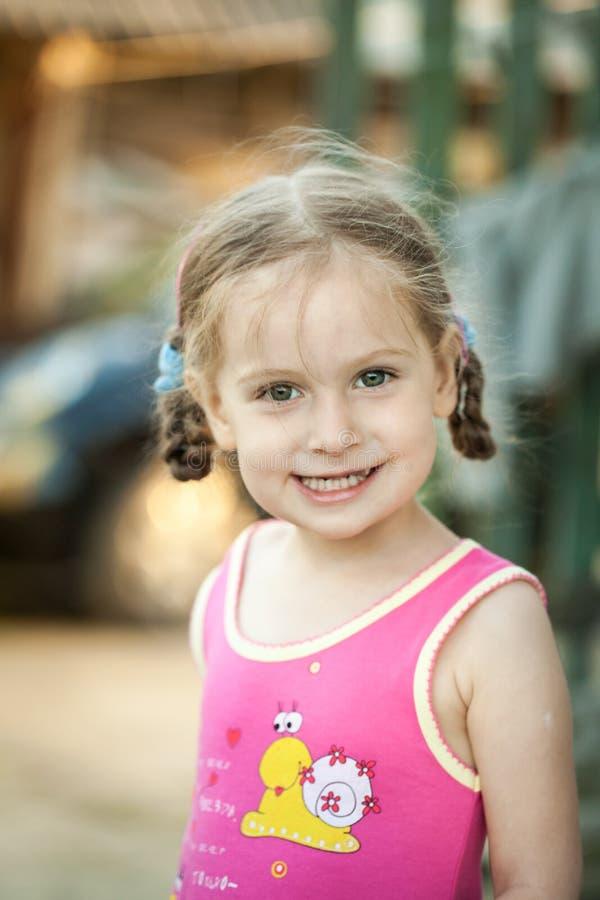 Pequeña muchacha feliz en una granja fotografía de archivo libre de regalías