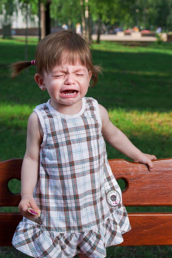 Pequeña muchacha gritadora en parque imagen de archivo libre de regalías