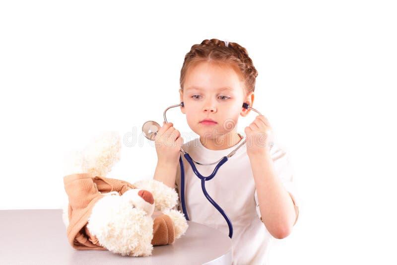 Pequeña muchacha hermosa del doctor imagen de archivo libre de regalías