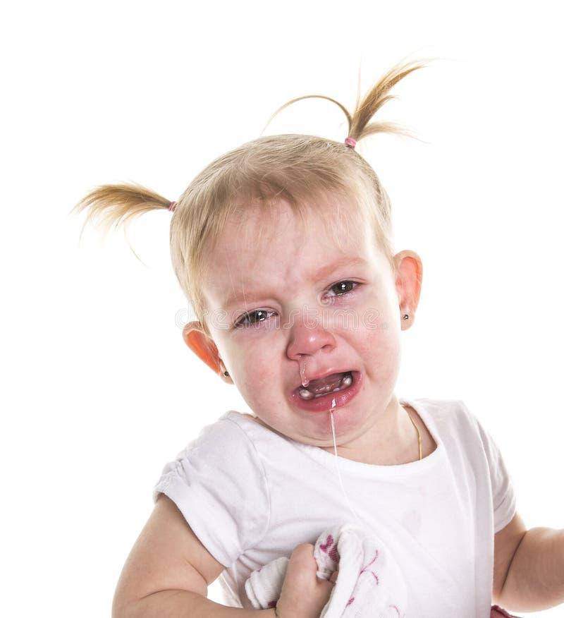 Pequeña muchacha joven linda gritadora infeliz triste del niño que limpia los rasgones, aislados fotos de archivo