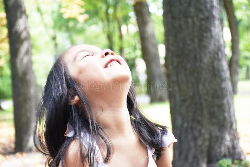 Pequeña muchacha latina que ríe en el parque fotografía de archivo