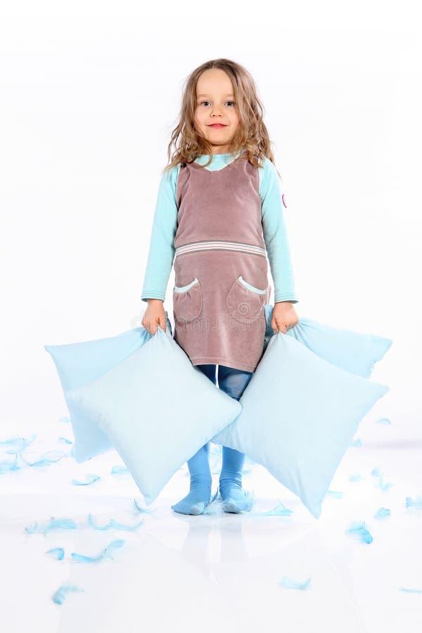 Pequeña muchacha linda con las almohadillas imagen de archivo libre de regalías