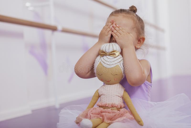 Pequeña muchacha linda de la bailarina que ejercita en la escuela de danza imagen de archivo libre de regalías