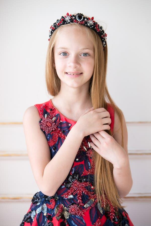Pequeña muchacha linda del pelirrojo que lleva un vestido o un traje antiguo de la princesa foto de archivo libre de regalías