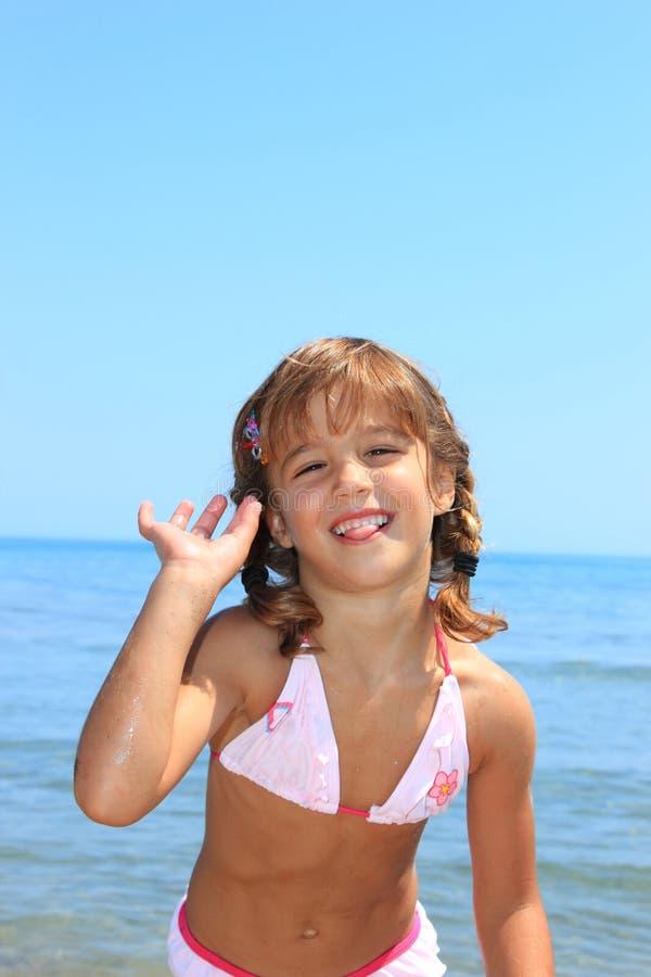 Pequeña muchacha linda en la playa imágenes de archivo libres de regalías