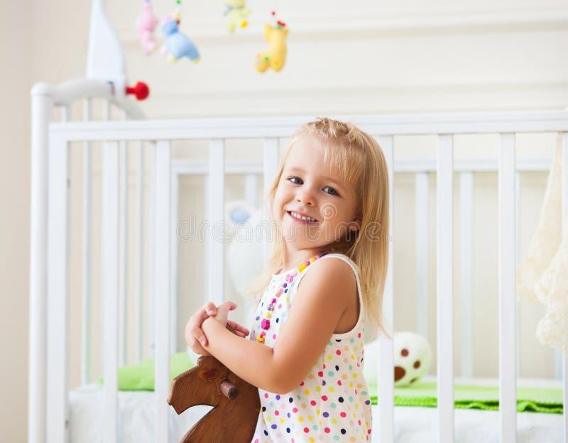 Pequeña muchacha linda en sitio del cuarto de niños imagen de archivo libre de regalías