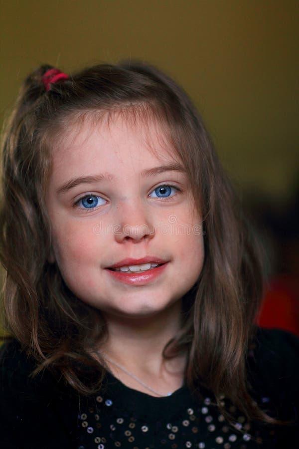 Pequeña muchacha morena dulce fotografía de archivo libre de regalías