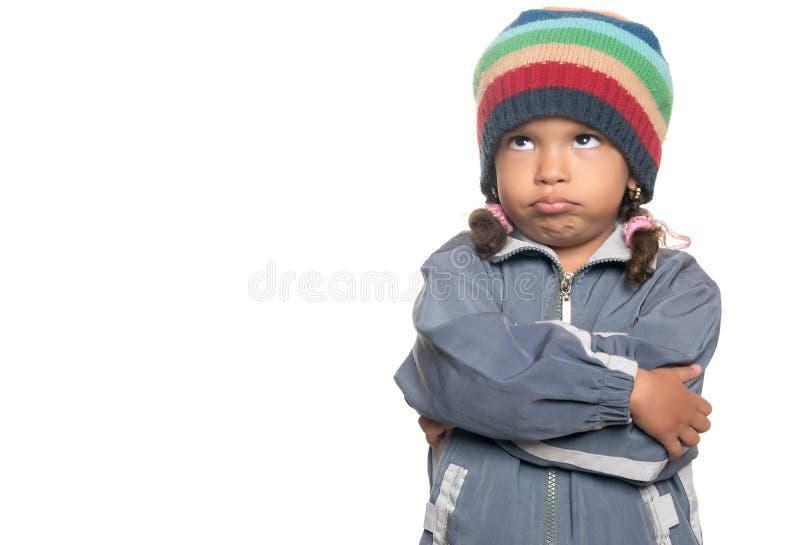 Pequeña muchacha multirracial enojada aislada en blanco imagen de archivo libre de regalías