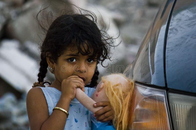 Pequeña muchacha omaní y su muñeca fotos de archivo libres de regalías