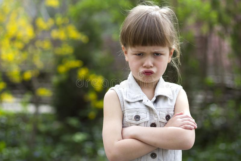 Pequeña muchacha preescolar rubia cambiante bastante divertida en el sleevele blanco imagen de archivo libre de regalías