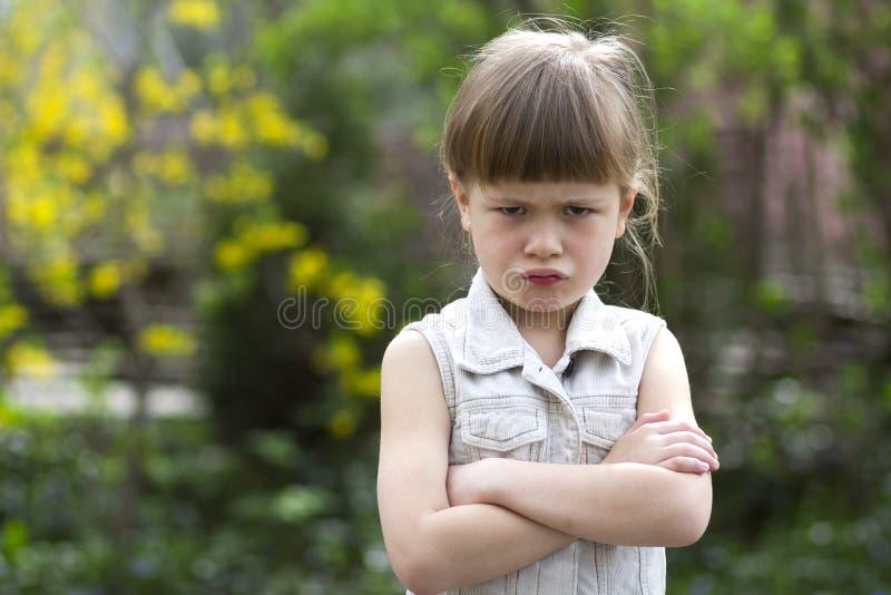 Pequeña muchacha preescolar rubia cambiante bastante divertida en el sleevele blanco imagenes de archivo