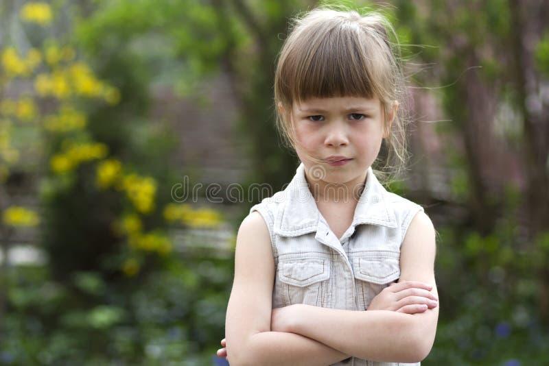 Pequeña muchacha preescolar rubia cambiante bastante divertida en el sleevele blanco fotos de archivo libres de regalías