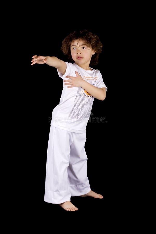 Pequeña muchacha que hace golpe del karate fotografía de archivo libre de regalías