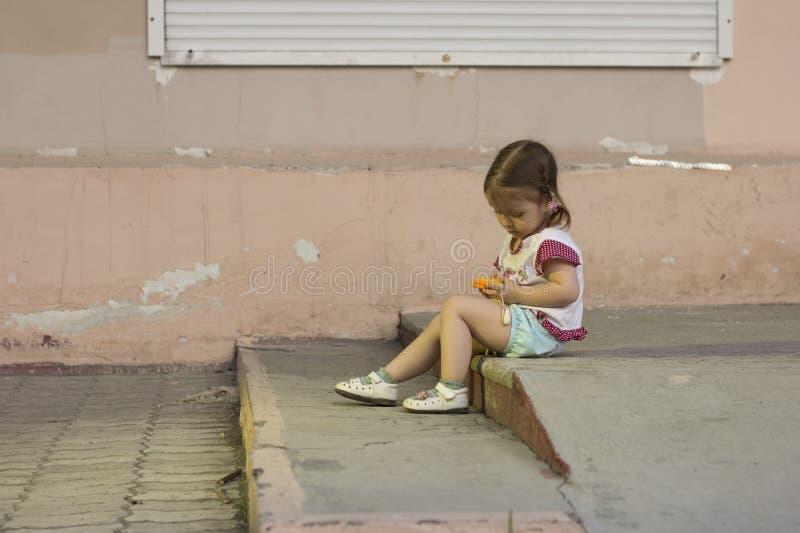 Pequeña muchacha que juega con la tableta del juguete imagen de archivo libre de regalías