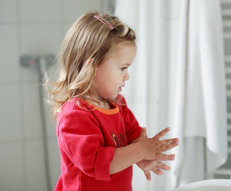 Pequeña muchacha que se lava las manos foto de archivo libre de regalías