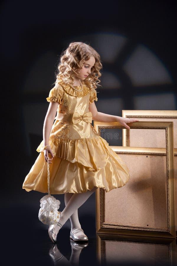 Pequeña muchacha rubia imagen de archivo libre de regalías