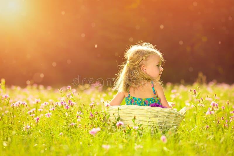 Pequeña muchacha rubia adorable que se divierte que juega al aire libre imágenes de archivo libres de regalías