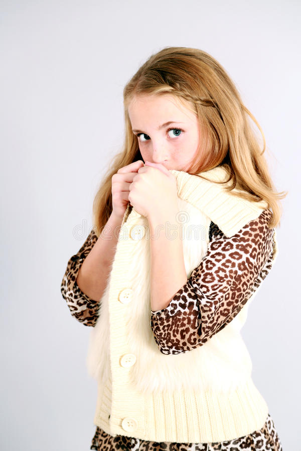 Pequeña muchacha rubia en estampado leopardo fotos de archivo libres de regalías