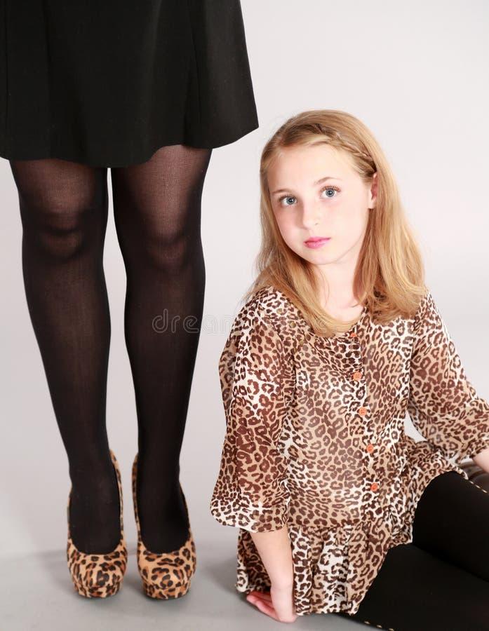 Pequeña muchacha rubia en estampado leopardo imágenes de archivo libres de regalías