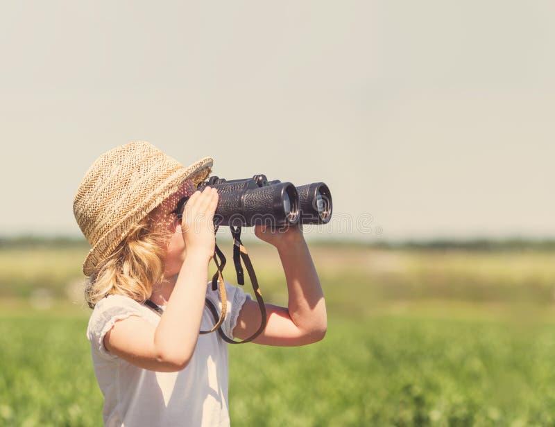 Pequeña muchacha rubia en sombrero de paja imágenes de archivo libres de regalías