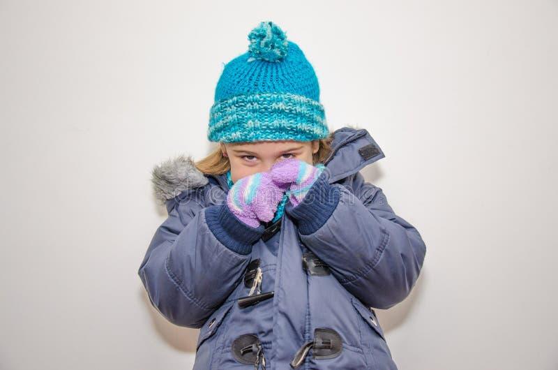Pequeña muchacha rubia en un día de invierno fotografía de archivo