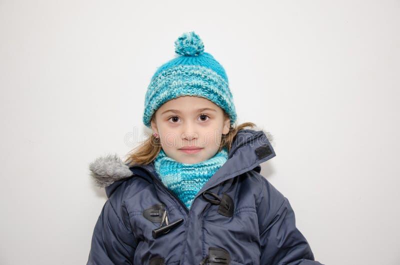 Pequeña muchacha rubia en un día de invierno imagenes de archivo