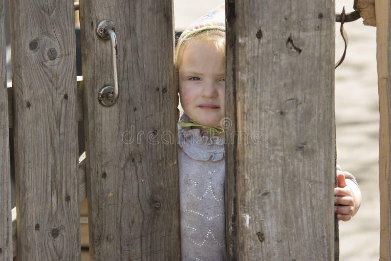 Pequeña muchacha rural pobre imagen de archivo libre de regalías