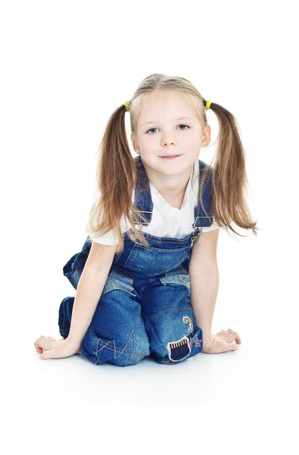 Pequeña muchacha sonriente en tejanos fotos de archivo libres de regalías