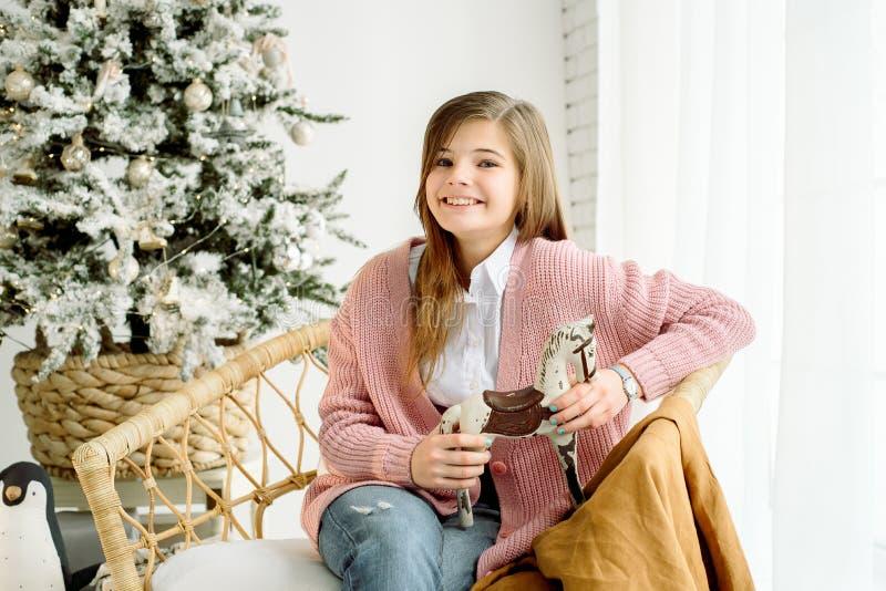 Pequeña muchacha sonriente feliz con la caja de regalo de la Navidad foto de archivo libre de regalías