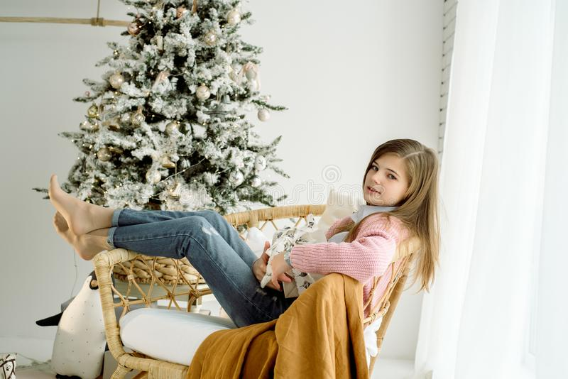 Pequeña muchacha sonriente feliz con la caja de regalo de la Navidad fotos de archivo