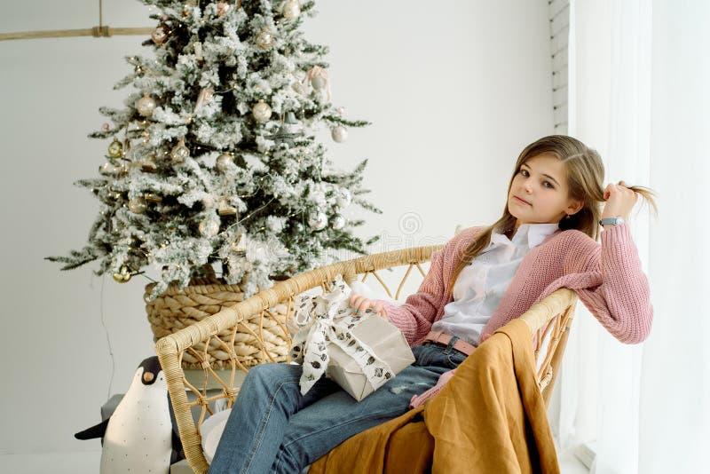 Pequeña muchacha sonriente feliz con la caja de regalo de la Navidad imagen de archivo libre de regalías