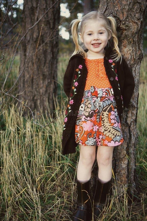 Pequeña muchacha sonriente linda foto de archivo