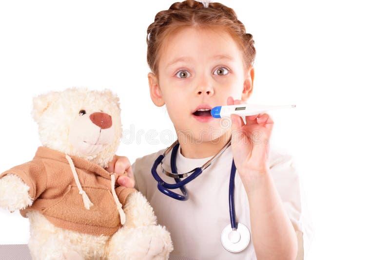 Pequeña muchacha sorprendida del doctor foto de archivo libre de regalías