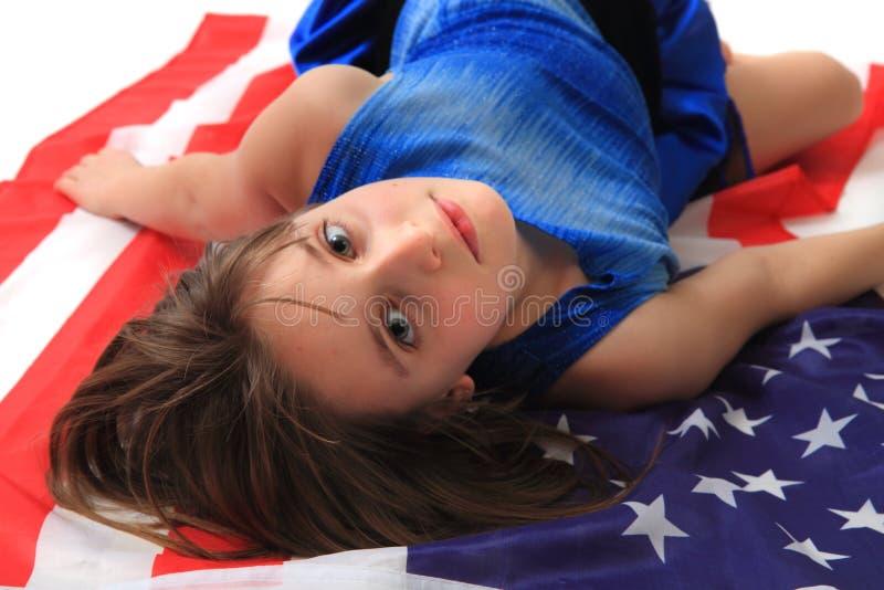 Pequeña muchacha y bandera de los E imagen de archivo
