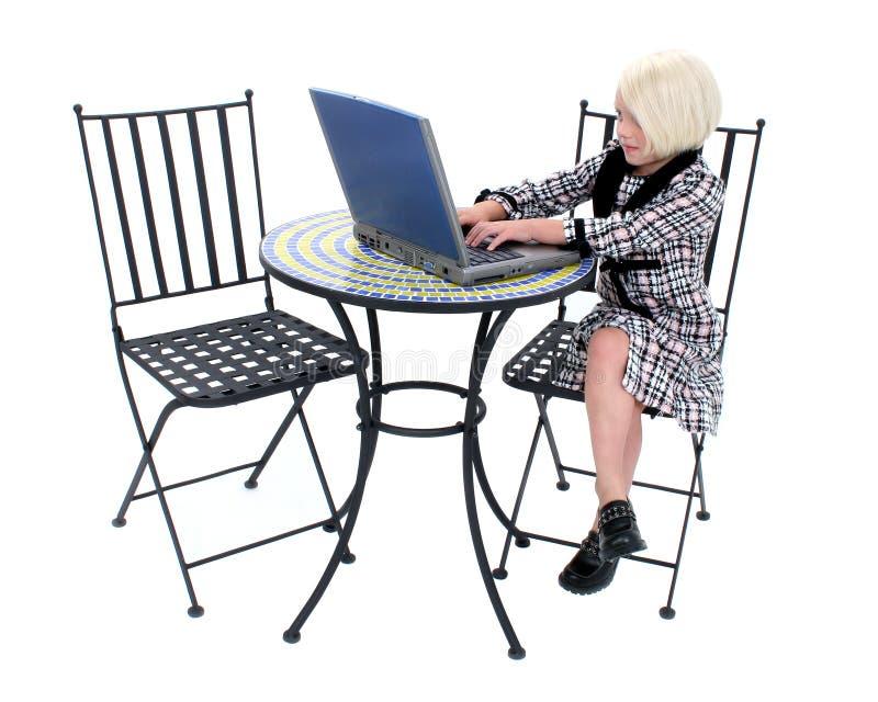Pequeña mujer de negocios hermosa en juego rosado y negro foto de archivo libre de regalías