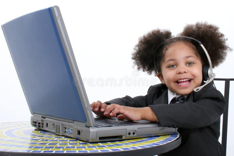 Pequeña mujer de negocios hermosa que trabaja en la computadora portátil imágenes de archivo libres de regalías