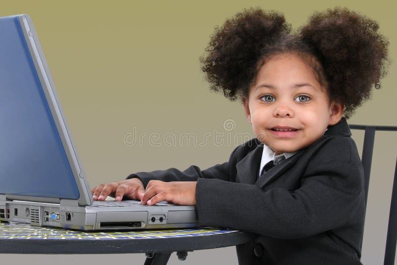Pequeña mujer de negocios hermosa que trabaja en la computadora portátil fotografía de archivo libre de regalías