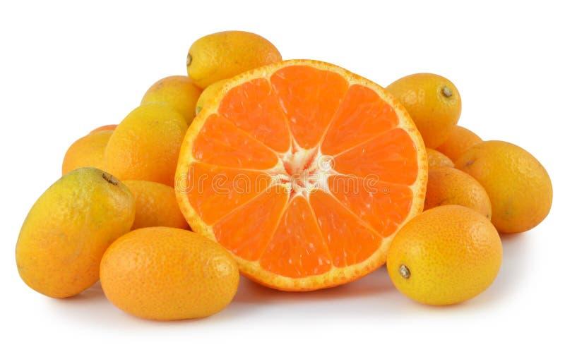Pequeña naranja madura aislada en el fondo blanco fotos de archivo