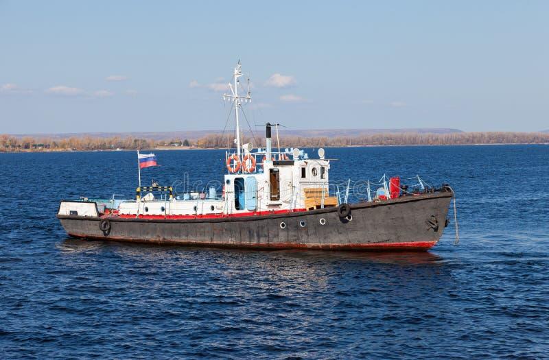 Pequeña nave en el río Volga fotografía de archivo libre de regalías