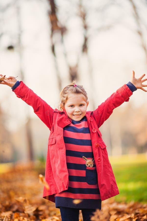 Pequeña niña pequeña de risa hermosa imagen de archivo libre de regalías