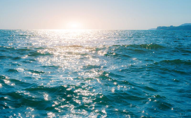 Pequeña ola marina en el mar negro. w fotografía de archivo