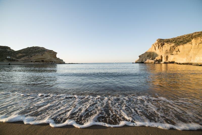 Pequeña onda en la playa de los cocedores del los en la salida del sol fotos de archivo
