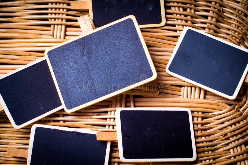Peque?a pizarra en blanco con el marco de madera en el fondo de madera de bamb? de la idea de la naturaleza Para el texto palabra foto de archivo libre de regalías