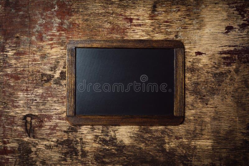 Pequeña pizarra en blanco enmarcada de madera fotos de archivo