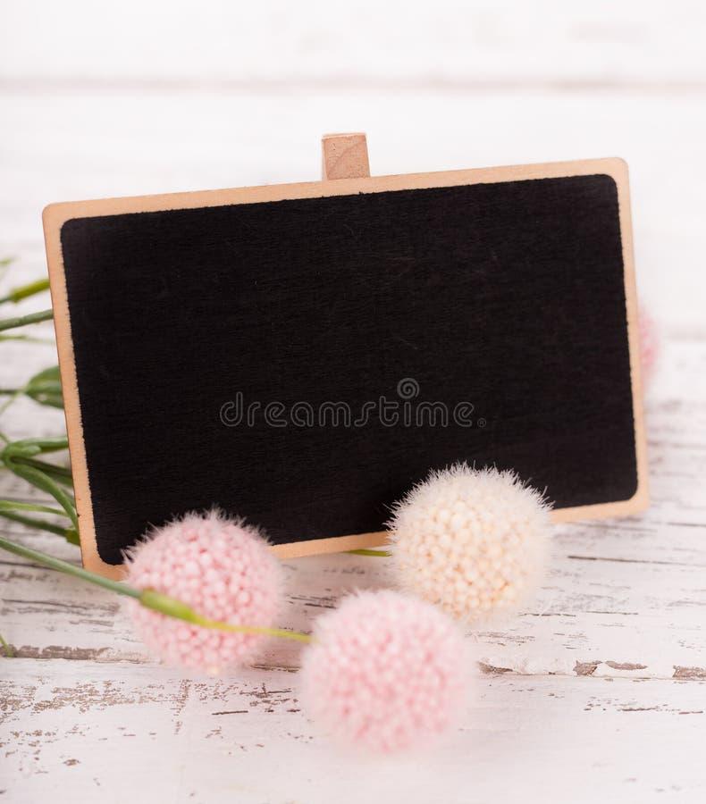 Pequeña pizarra en blanco para el día del ` s, de la madre o de la mujer de la tarjeta del día de San Valentín Fondo con las rosa fotografía de archivo