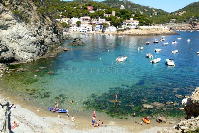 Pequeña playa de S'Eixugador cerca del pueblo del atún del Sa, mar Mediterráneo, Cataluña, España imagenes de archivo