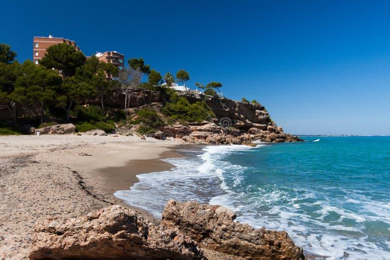 Pequeña playa hermosa en la costa de Cataluña fotos de archivo libres de regalías