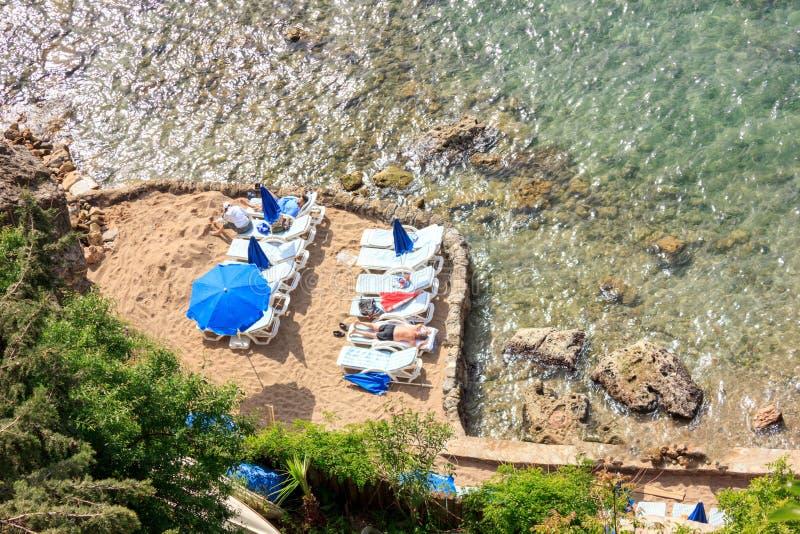 Pequeña playa privada cerrada en el mar Mediterráneo - Antalya, Turquía, 04 23 2019 foto de archivo