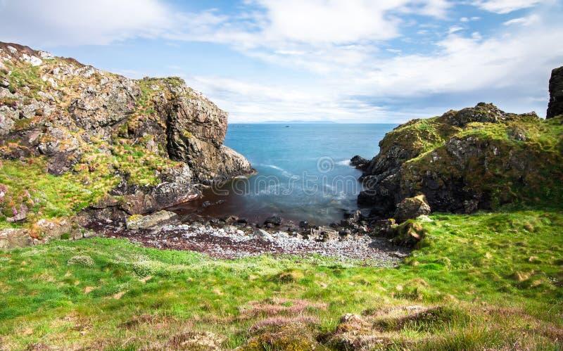 Pequeña playa rocosa en Escocia fotos de archivo libres de regalías